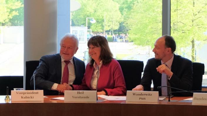 Die Ausschussvorsitzende Mechthild Heil gemeinsam mit Vizepräsident Kubicki und dem PStS Marco Wanderwitz